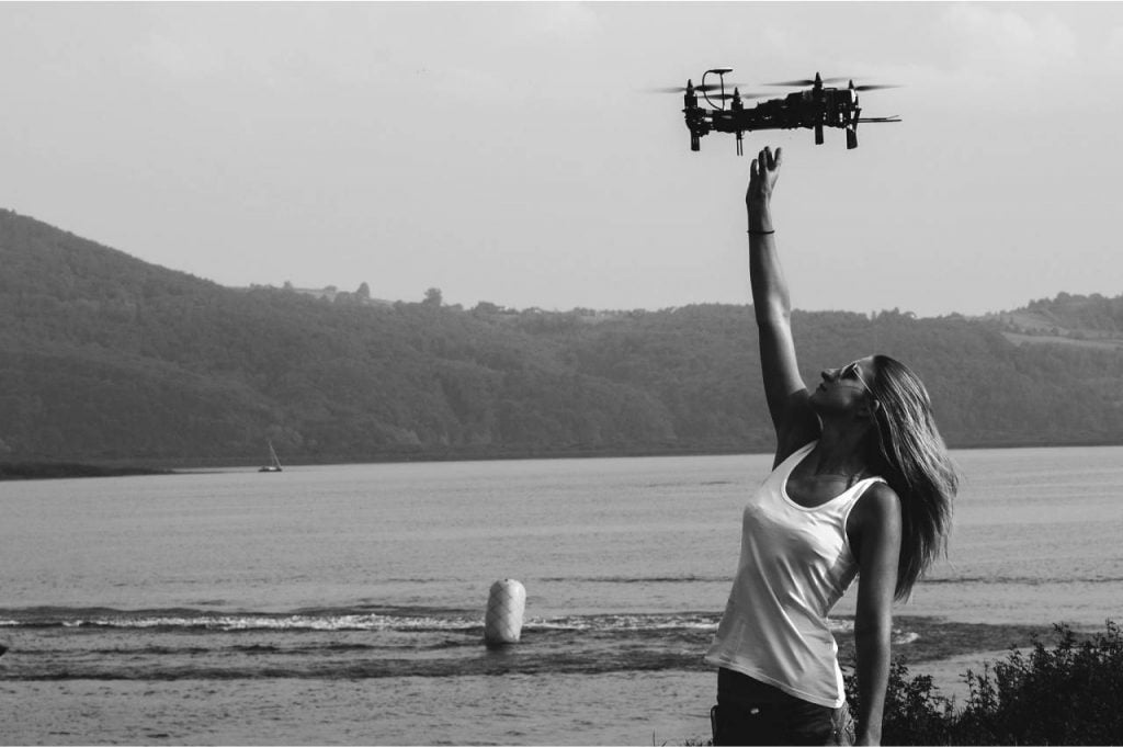Quadrocopter - dron z kamerą, lądowanie drona w rękach.