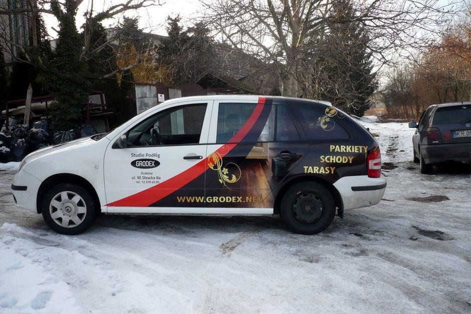 Reklama na samochodzie wykonana foliami wylewanymi