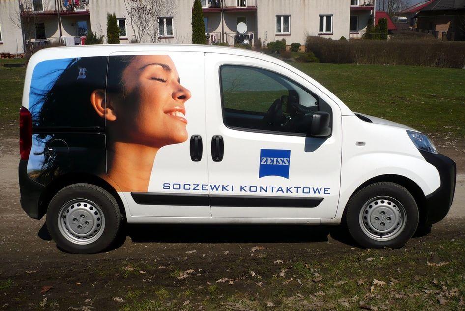 Reklama na samochodzie dla firmy Zeiss - wydruk wielkoformatowy i folie wylewane