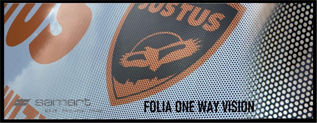 Folia one way vision zaaplikowana na szbie samochodu - przykład perforacji