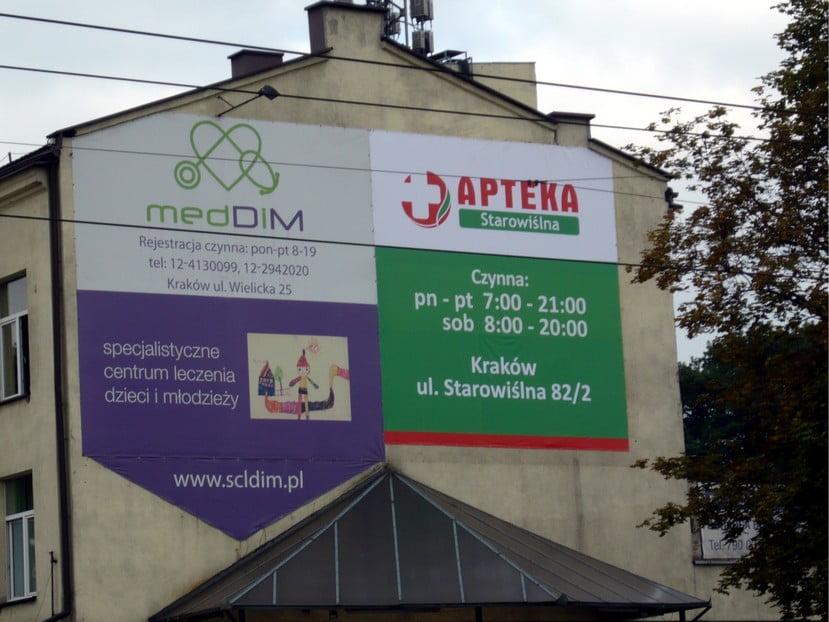 Drukowane banery reklamowe zamontowane na ścianach budynku. Montaż reklam w Krakowie.
